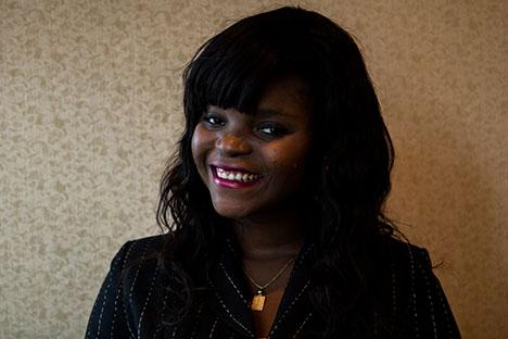 Eva Nelly Medi Djessi Journaliste pour L'Allée Eva Nelly est présentement étudiante au certificat en journalisme de l'Université de Montréal et est diplômée au baccalauréat en sciences politiques de l'Université Laval. Passionnée de culture, de danse et d'art, elle a organisé plusieurs   événements, galas et soirées communautaires pendant son parcours à l'Université Laval. Elle a commencé à s'intéresser au journalisme au printemps 2014 après une longue méditation personnelle. Sa participation active sur les réseaux sociaux lui a permis  d'administrer et gérer plusieurs pages  d'organismes et d'organisations.  Elle a entendu parler du PEQ par l'entremise d'un camarade de classe et a pensé que ce serait une bonne façon de comprendre les rouages parlementaires. Elle espère pouvoir en apprendre davantage sur la politique et découvrir peut-être une nouvelle passion.